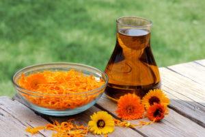 настойка на основе коньяка, меда и цветков календулы