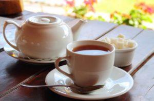 крепко заваренный чай с сахаром