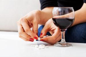 запрещается принимать лекарство с алкоголем