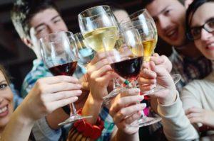 Как люди начинают пить алкоголь