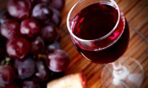 Не следует употреблять и красное вино