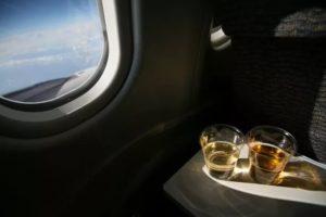 употребление алкоголя на борту самолета