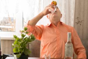 Человек пьет водку